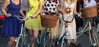 Eleganţă pe bicicletă. Doamnele au defilat prin oras, elegante pe biciclete
