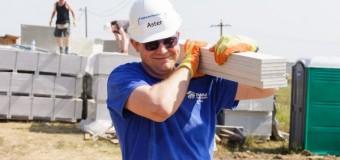 Aproape 50 de avocați britanici construiescpe șantierul Habitat for Humanity Cluj din Jucu