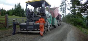 Se toarnă covor asfaltic la Mărișel, pe DJ 107P