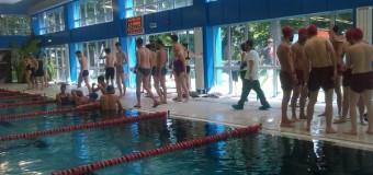Peste 200 de înotători participă la Swimathon pentru 19 proiecte
