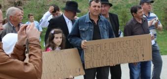 Locuitorii din 4 sate au protestat azi pentru starea a 2 drumuri judeţene.
