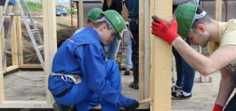 Liceenii clujeni construiesc casa Habitat pentru care au strâns bani tot anul școlar