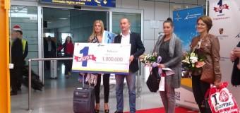 [Foto&Video] Pasagerul cu numărul 1 milion ce a sosit pe Aeroportul Internaţional din Cluj a fost premiat.