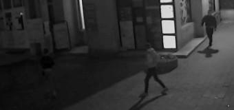 [Video] Trei tineri sunt căutați de polițiști după ce au agresat o persoană în cartierul Mărăști. Victima a ajuns inconștientă la la spital.