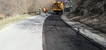 Pe drumul județean 107M Băișoara – Iara – Surduc – Buru (DN 75) – limită cu județul Alba au demarat lucrări ce se vor finaliza cu așternerea de covor asfaltic