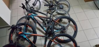 Tineri reținuți de polițiști pentru furt. În urma investigațiilor au fost recuperate șase de biciclete.