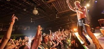 Billy Idol concertează deseară în Piaţa Unirii. Pregătirile sunt pe ultima sută de metri