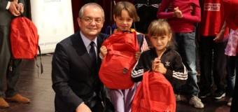 550 de copii clujeni din familii cu probleme sociale vor beneficia de ghiozdane si rechizite gratuite pentru noul an scolar.