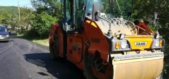A început asfaltarea pe drumul judeţean 182F.
