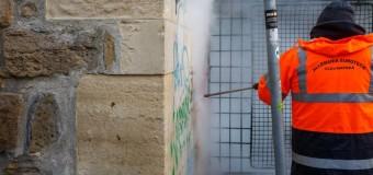 Graffiti-urile pe pereții clădirilor vor dispărea. Primăria Cluj-Napoca a testat noua instalație ecologică de curățare a acestora