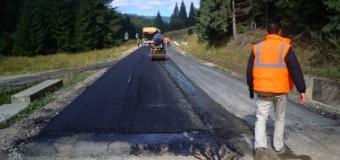 Pe drumul județean Răchițele-Prislop-Ic Ponor au început lucrările de   așternere a celui de al doilea strat de asfalt