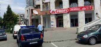 Un jandarm aflat în timpul liber a prins un hoț care a furat cașcaval din Profi. Hoțul a fost predat polițiștilor și produsele returnate.