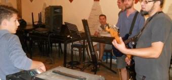 """Tabăra de la  Leghia a tinerilor  interpreţi  de muzică uşoară şi populară ai Şcolii Populare de Arte """"Tudor Jarda"""""""