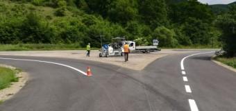 Lucrări de marcaje rutiere pe 13 sectoare de drumuri județene.