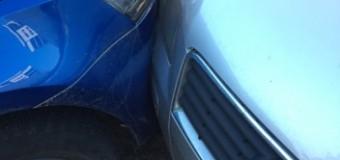 UPDATE [Video] Baciu: Și-a găsit parcarea ocupată așa că a distrus cel puțin două mașini. Bărbatul a fost condus la secția de poliție.