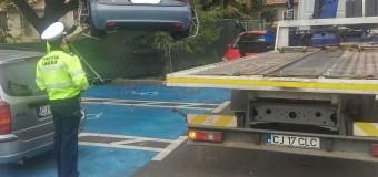 Șapte mașini parcate pe locurile rezervate persoanelor cu dizabilități au fost ridicate de poliția locală. Alți șoferi s-au ales cu amenzi.