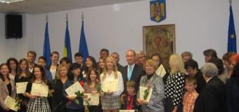 CJ Cluj a premiat astăzi elevii de clasa a IX-a ce au obţinut media 10 dar şi pe eleva ce a luat 10 la BAC în sesiunea din iunie 2015