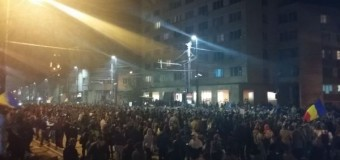 Câteva mii de clujeni au protestat şi la Cluj. Vor să îi dea jos şi pe ceilalţi.