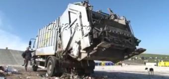[Video] Prima zi de depozitare a gunoaielor la Pata Rât pe o rampă provizorie. Directorul RADP explică procedura de depozitare