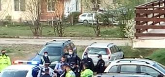 (Video) Florești: Bărbat încătușat într-o parcare și condus la secție pentru identificare.