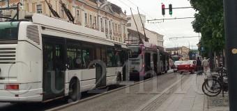Circulația troleibuzelor, dată peste cap din cauza unui accident. Un șofer beat a lovit un stâlp al CTP