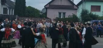 [Foto]: Parada costumelor populare din Luna de Sus a fost un succes. Locuitorii s-au strâns în stradă pentru a o vedea.