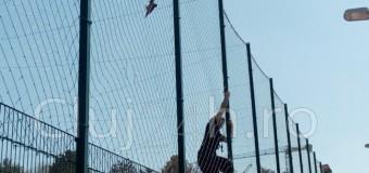Pompierii clujeni au salvat o cioara in baza sportiva din Gheorgheni.